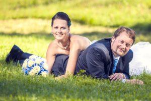 Markéta a Pavel - svatební fotografie - leží v trávě
